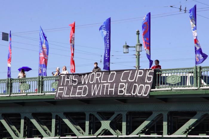 На Дворцовом мосту вывесили баннер «Кубок мира полон крови»