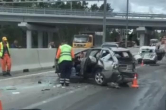 На трассе «Сортавала» легковые машины столкнулись с грузовиком. Три человека пострадали
