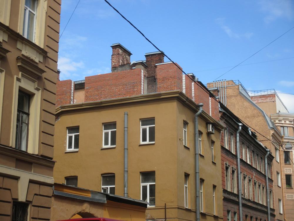 На дореволюционном здании в Адмиралтейском районе незаконно надстроили этаж