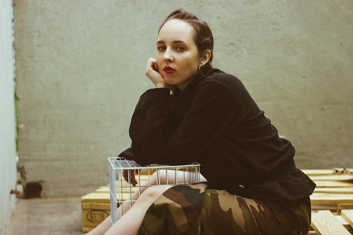 Как петербурженка создала модную коллекцию из одежды с Удельного рынка и почему призывает одеваться на барахолках