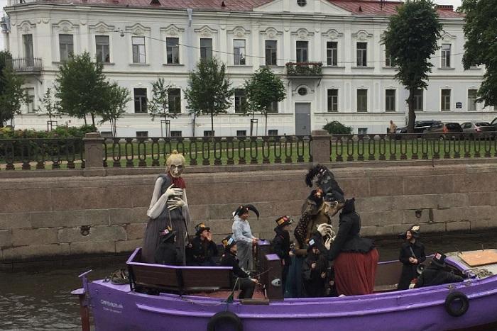 По Петербургу проплыли гигантские куклы трех старух из произведений Достоевского, Хармса и Пушкина