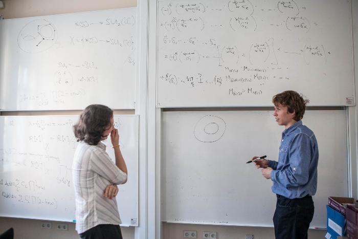 Чем занимаются современные математики? Петербургские ученые пытаются объяснить это простым языком и рассказывают озарплатах и конкуренции с США