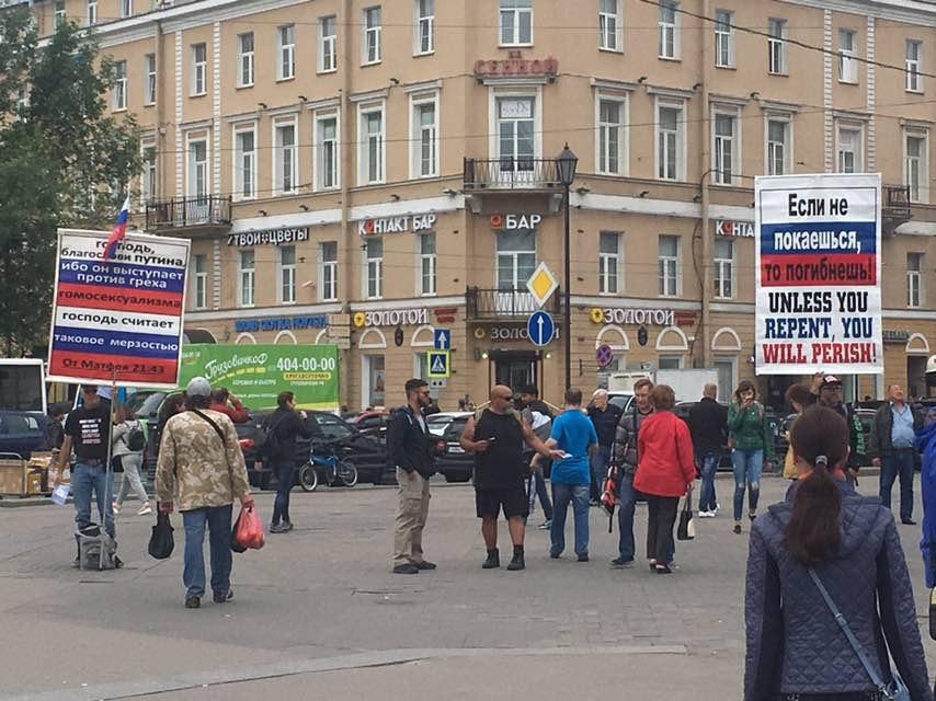 В Петербурге задержали американцев, пикетировавших у Гостиного Двора в поддержку Путина и против «греха гомосексуализма»