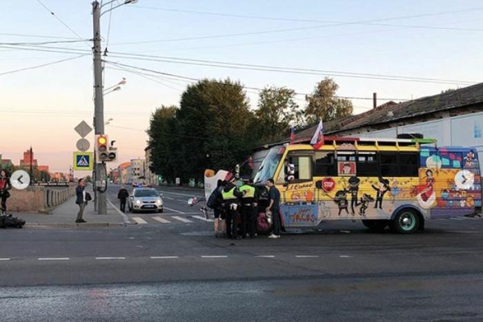 Мексиканские болельщики, которые приехали на ЧМ с картонной копией друга, попали в аварию в центре Петербурга