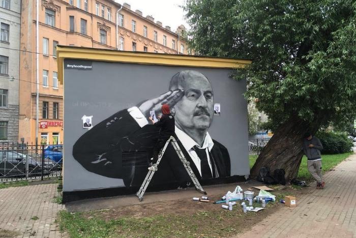 В Петербурге нарисовали новое граффити с Черчесовым. Теперь тренер изображен с воинским приветствием