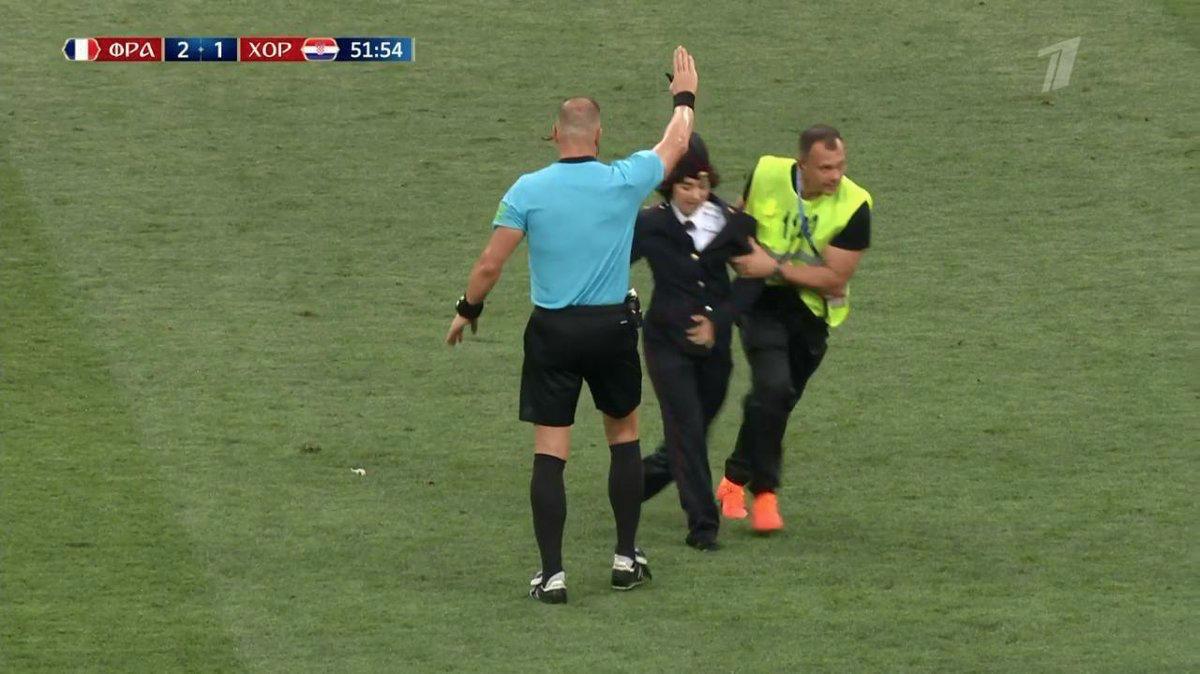 Участников Pussy Riot, выбежавших на поле в финале ЧМ, оштрафовали за ношение полицейской формы