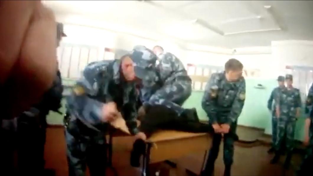 «Новая газета» опубликовала видео того, как работники колонии пытают заключенного. Его сняли сами работники ФСИН. Обновлено