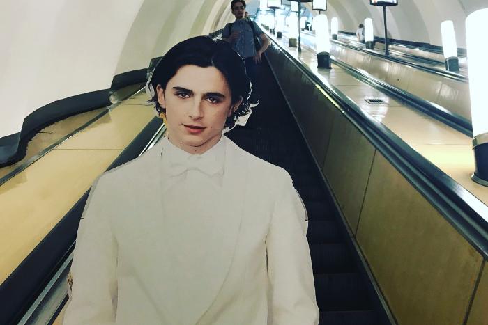 Картонная фигура Тимоти Шаламе гуляет по Петербургу. 10 жутких фото из метро, офиса «ВКонтакте» ис Дворцовой площади