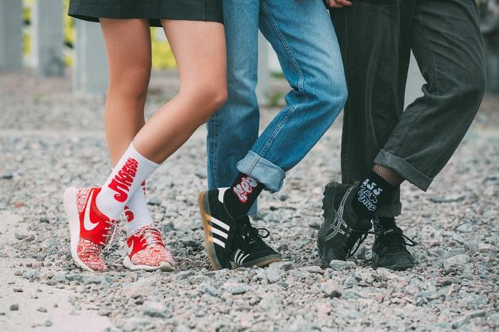 «Ass как доллар» и «Street killa»: петербургский бренд выпустил коллекцию носков вместе с уличными художниками