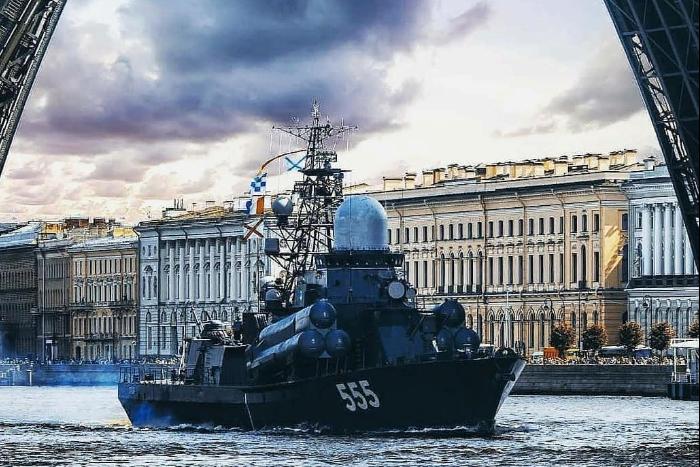 Разведенные мосты, зажженные Ростральные колонны и парад самолетов: как в Петербурге прошел День ВМФ