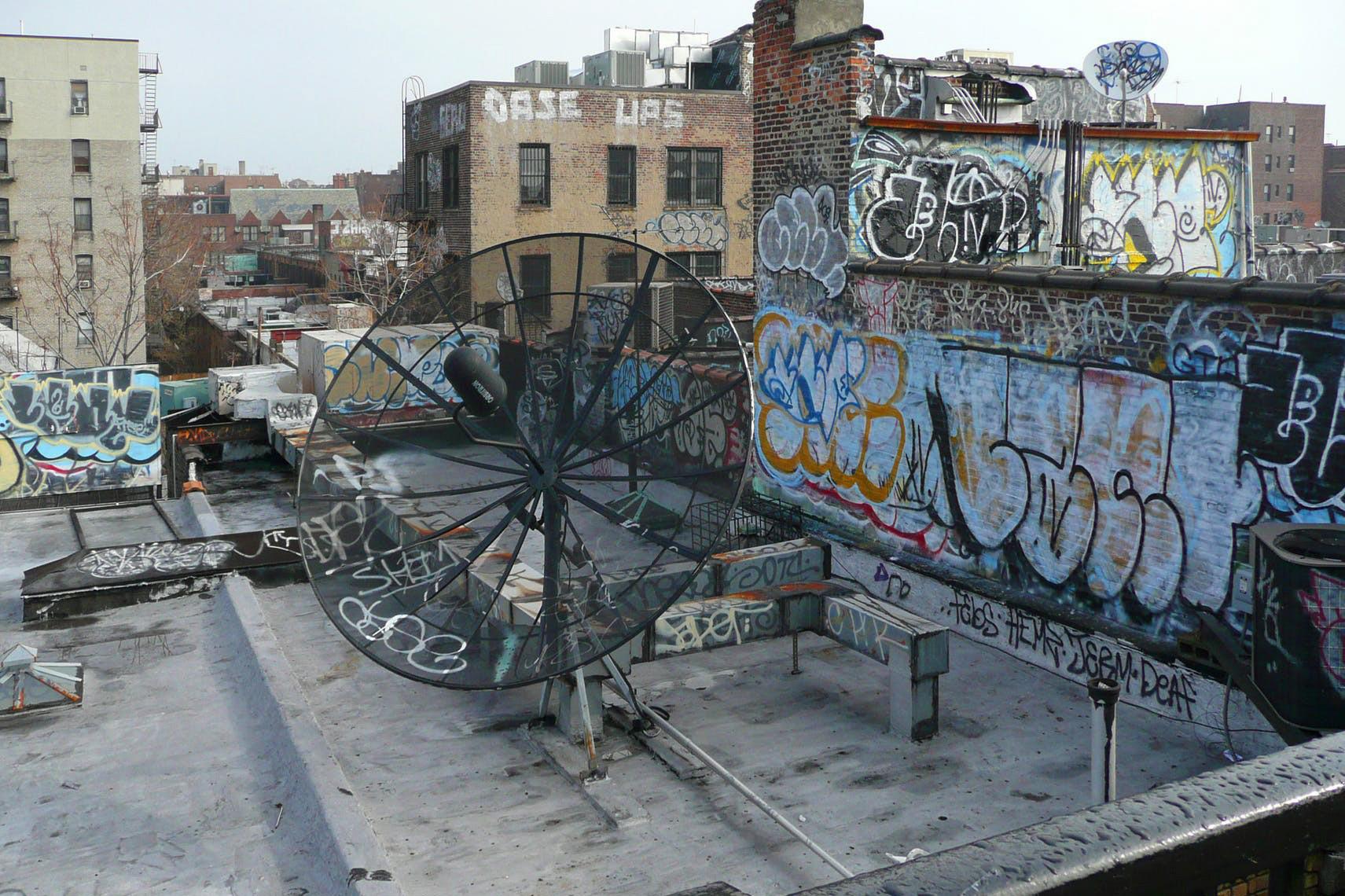 Как вандалы стали художниками: Дмитрий Аске рассказывает, почему уличное искусство начали продавать за миллионы долларов
