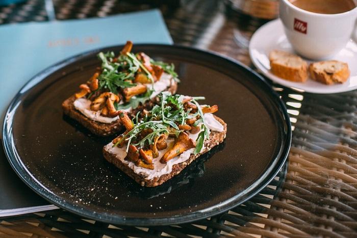 Восемь кафе и ресторанов, гдеготовят блюда с лисичками: грибной бургер, паштет и суп-капучино