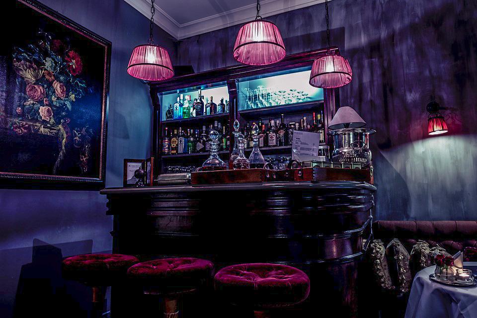 В Петербурге все хотят открыть свой бар, но как это сделать? Главное о помещениях, меню и лицензии на алкоголь