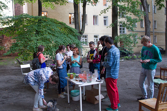 Петербурженка собрала продукты измусорных баков и провела бесплатный ужин в своем дворе. Зачем она это сделала и почему призывает не выбрасывать еду
