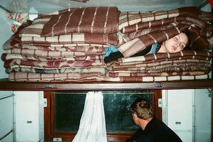 Связанный пассажир, разбитое огурцом стекло и невыносимые условия в вагоне. Читатели «Бумаги» рассказывают, что с ними происходило в плацкартах «РЖД»