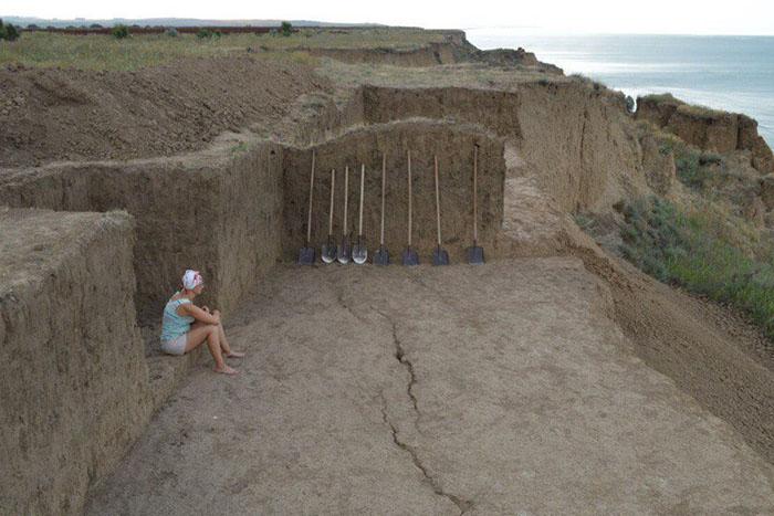 Возить людей на раскопки античных некрополей и древних поселений и находить артефакты, которым 7000 лет