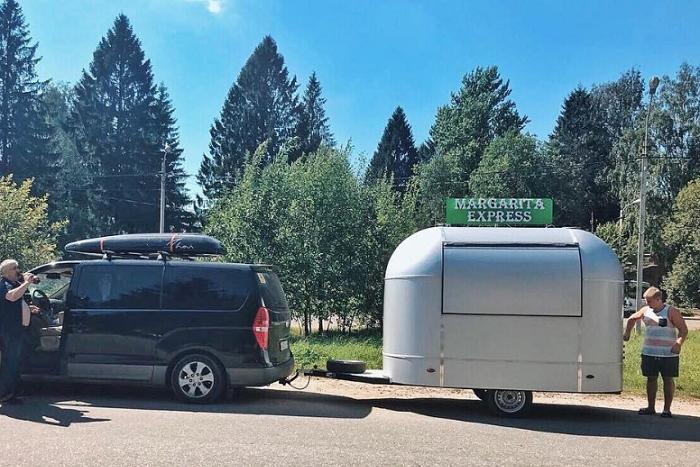 Команда El Copitas построила бар на колесах и отправилась в тур по России