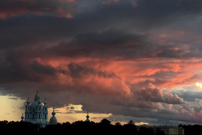 Красные облака над Смольным и Петроградская в розовой дымке: посмотрите, каким был вчерашний закат в Петербурге. Фото читателей «Бумаги»