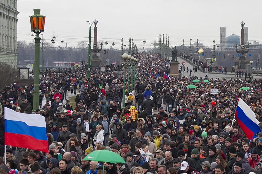 Большинство петербургских студентов недовольно властью, выяснили социологи. На что молодые люди готовы, чтобы изменить ситуацию, и сколько из них хотят эмигрировать?