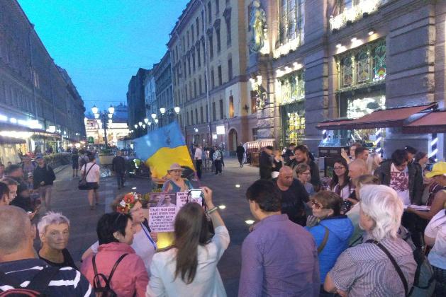 В центре Петербурга напали на активиста, который держал флаг Украины