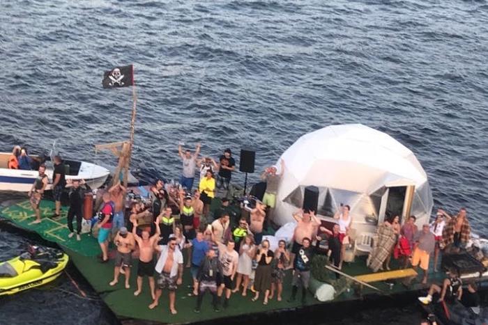 По Финскому заливу плавал плот спиратским флагом и мангалом. Там проходила вечеринка с вертолетом! Тем самым, который, вероятно, летал подЗСД
