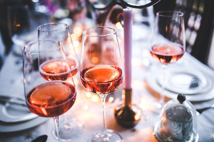 Хорошее вино не может быть дешевым, сухое лучше полусладкого, а русские невозможно пить. Каким мифам о вине не стоит верить?