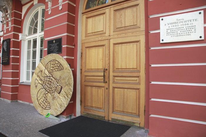 Активисты принесли к зданию СПбГУ огромную монету и пилу. Это акция против переезда университета