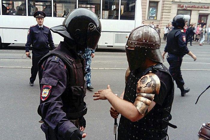 Пять историй с акции протеста вПетербурге. Полицейский говорит с«рыцарем», 80-летнего пенсионера задерживают, школьник сбегает изавтозака