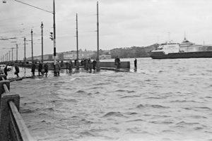 Как в XX веке после наводнений в Петербурге сушили экспонаты музеев и плавали на лодках по улицам. 15 архивных фотографий