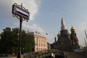 Петербуржец снова установил керамические таблички с названиями мостов. Теперь в городе их 93