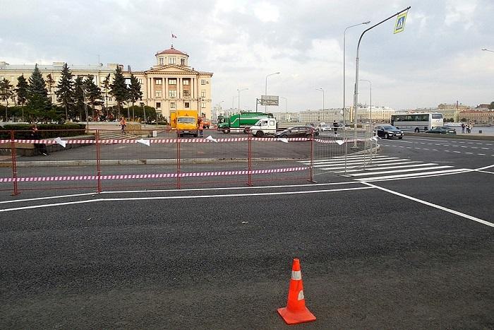 Один из выходов метро «Площадь Ленина» могут закрыть во время митинга. Саму площадь огородили забором