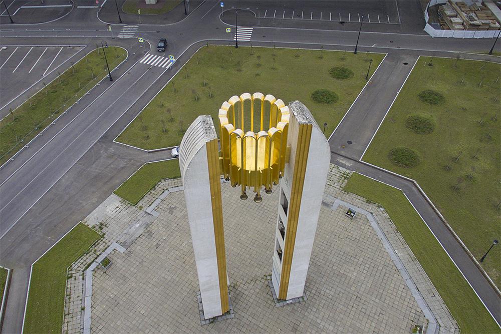 В Петербурге уже 16 лет стоит гигантская звонница с карильоном. Ее построили к 300-летию города, а теперь она никому не нужна. Вот история уникальной арки
