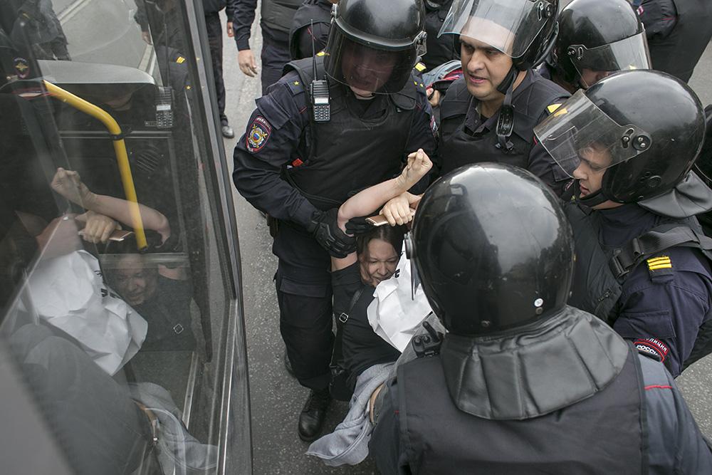 Полицейские съели еду, которую правозащитники передавали задержанным на акции 9 сентября в Петербурге