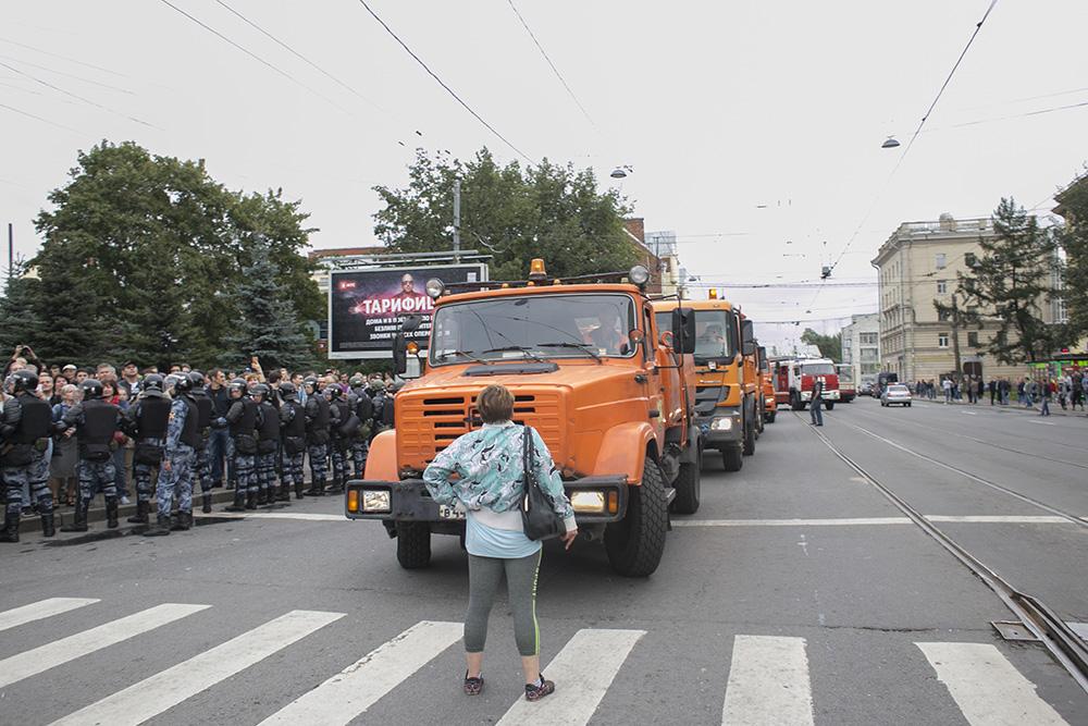 Женщина преграждает дорогу спецтехнике на митинге против пенсионной реформы. Одно фото с акции протеста в Петербурге