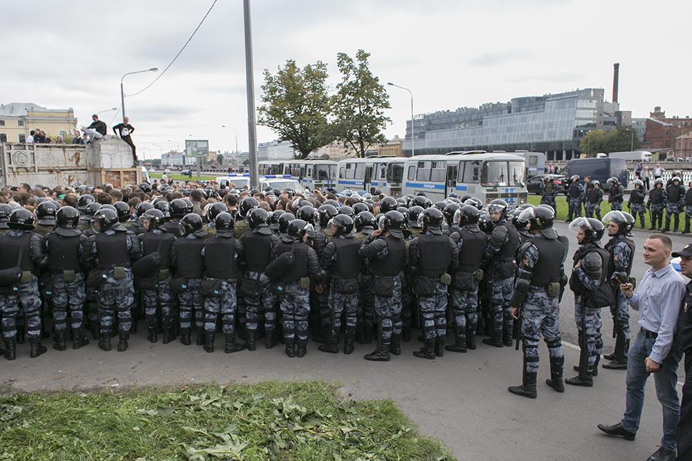 Журналистка «Росбалта» получила сотрясение мозга во время столкновения омоновцев с протестующими на митинге 9 сентября