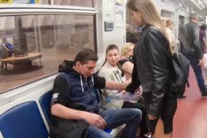Петербургская студентка провела акцию против мужчин с широко раздвинутыми ногами, облив их водой в метро. Кто она и почему видео называют постановочным