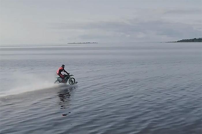 Как петербуржец переделал свой мотоцикл в водный и проехал по Финскому заливу. Он потратил на это миллион рублей