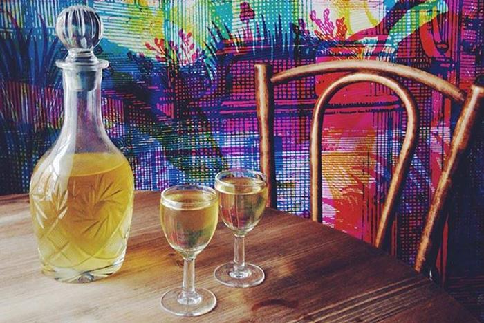 Семь баров Петербурга, где можно выпить необычную настойку, — еловую, золотую и со вкусом борща