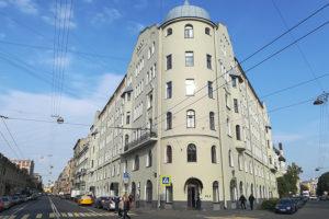 Житель исторического дома в Петербурге добился ремонта фасада и парадных, а сейчас восстанавливает старинные двери. Как он уже четыре года борется за восстановление здания