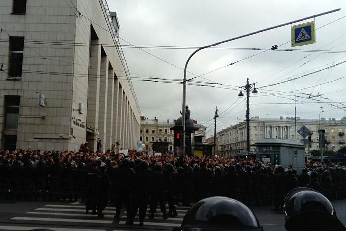 На акции против пенсионной реформы в Петербурге задержали подростка. Он залез на столб