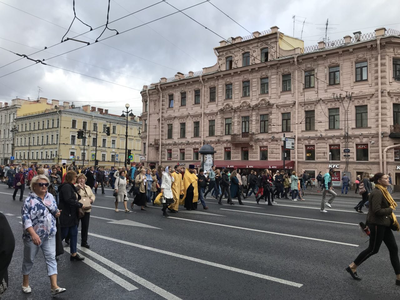 На крестный ход по Невскому проспекту пришли 110 тысяч человек, заявили в митрополии. В шествии участвовал Милонов