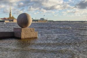«Еще пара метров — и будет Венеция»: в Петербурге затопило набережные, а ветер повалил деревья и светофоры. Фото и видео с последствиями шторма
