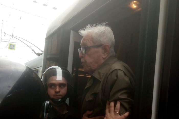 В Петербурге на акции против пенсионной реформы задержали 80-летнего пенсионера. После этого ему стало плохо