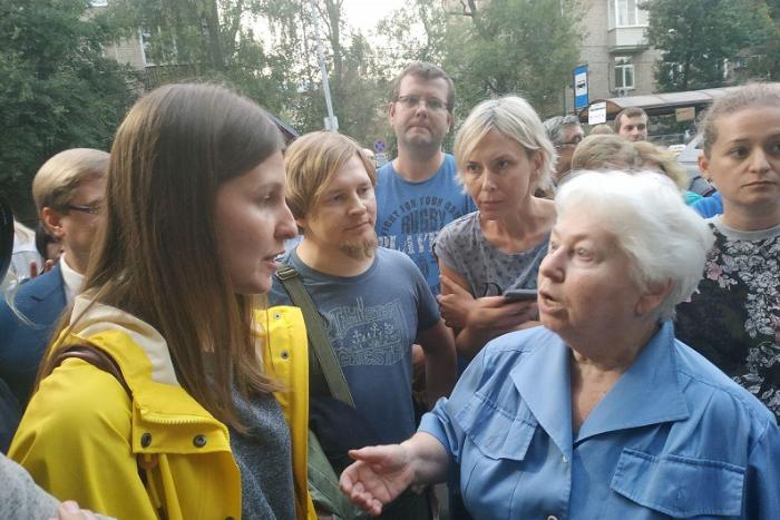«Мы будем просто избивать их»: как жители Москвы протестуют против открытия прачечной для бездомных «Ночлежки»
