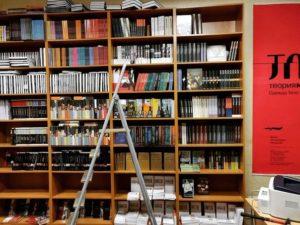 В Петербурге открылся книжный магазин издательства «НЛО». Там есть секция распродаж с книгами по 100 рублей