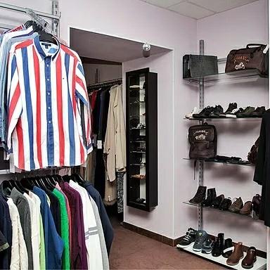 85b49a87525e7 В продаже — пальто, пуховики, перчатки, сумки, сапоги, свитера, рубашки.  Фото вещей публикуют на сайте «Модного шкафа». Есть как брендовые ...