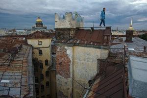 Законны ли экскурсии по крышам и парадным, как гиды попадают в закрытые дворы и могут ли жильцы выгнать туристов?