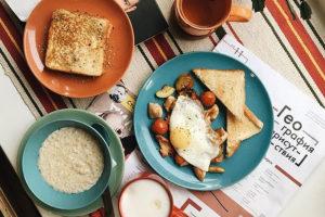 Восемь кафе с поздними завтраками, где можно попробовать кашу с тунцом, сэндвич с нутеллой и «шоты здоровья»