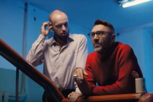 «Шлите всё *****»: вышел клип «Ленинграда» и ST на песню «Балалайка», в котором Шнуров объясняет смысл жизни