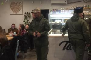 В Петербурге на лекцию «СПИД-центра» о сексуальном здоровье ЛГБТ пришли казаки с полицейским. Они привели с собой ребенка, чтобы «показать заднеприводных»